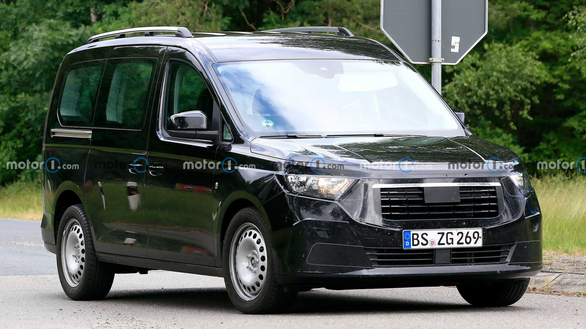 https://cdn.motor1.com/images/mgl/gYZbE/s6/new-ford-tourneo-connect-first-spy-photo-front-three-quarters.jpg
