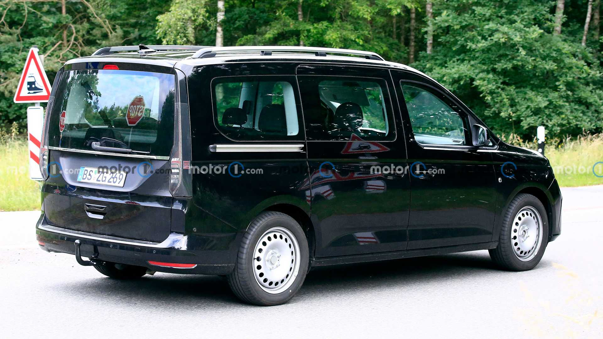 https://cdn.motor1.com/images/mgl/nGOBl/s6/new-ford-tourneo-connect-first-spy-photo-rear-three-quarters.jpg