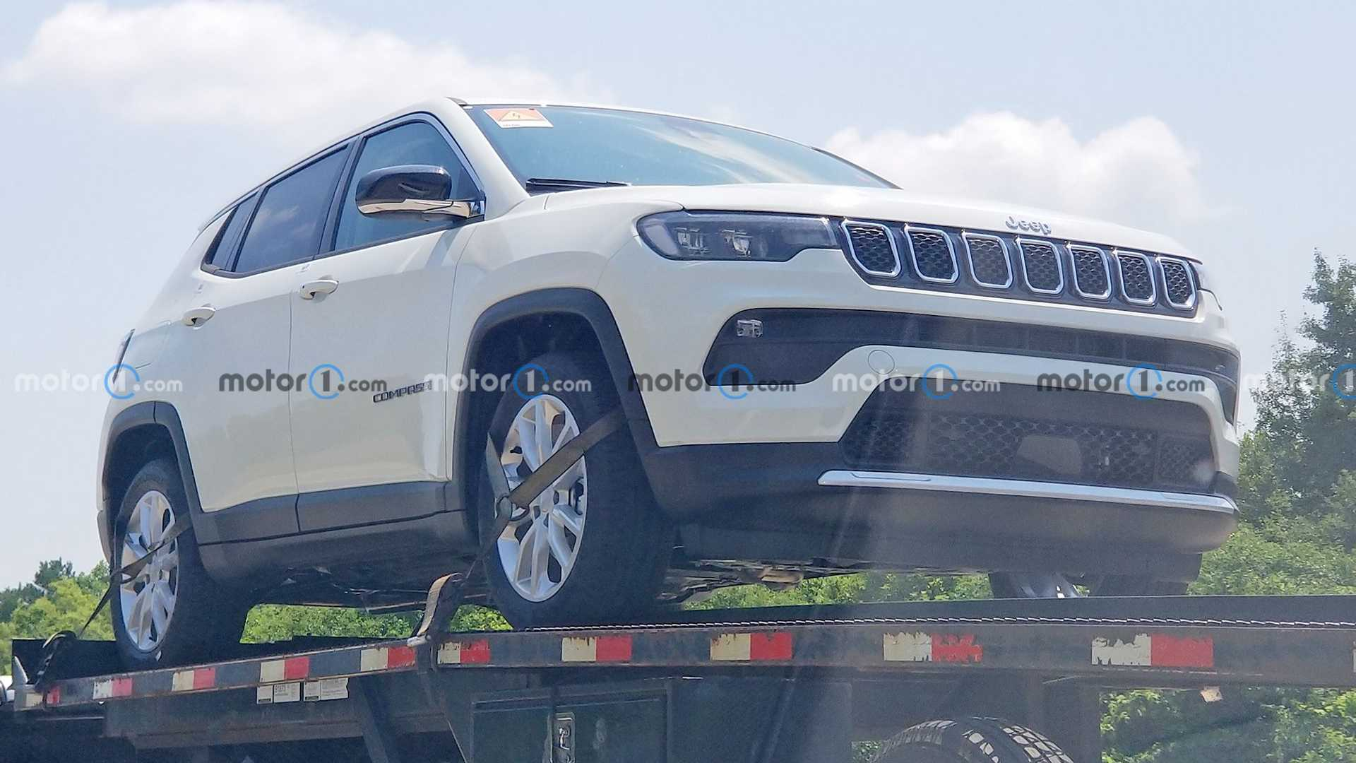 https://cdn.motor1.com/images/mgl/PzWXr/s6/jeep-compass-hybrid-front-view-spy-photo.jpg