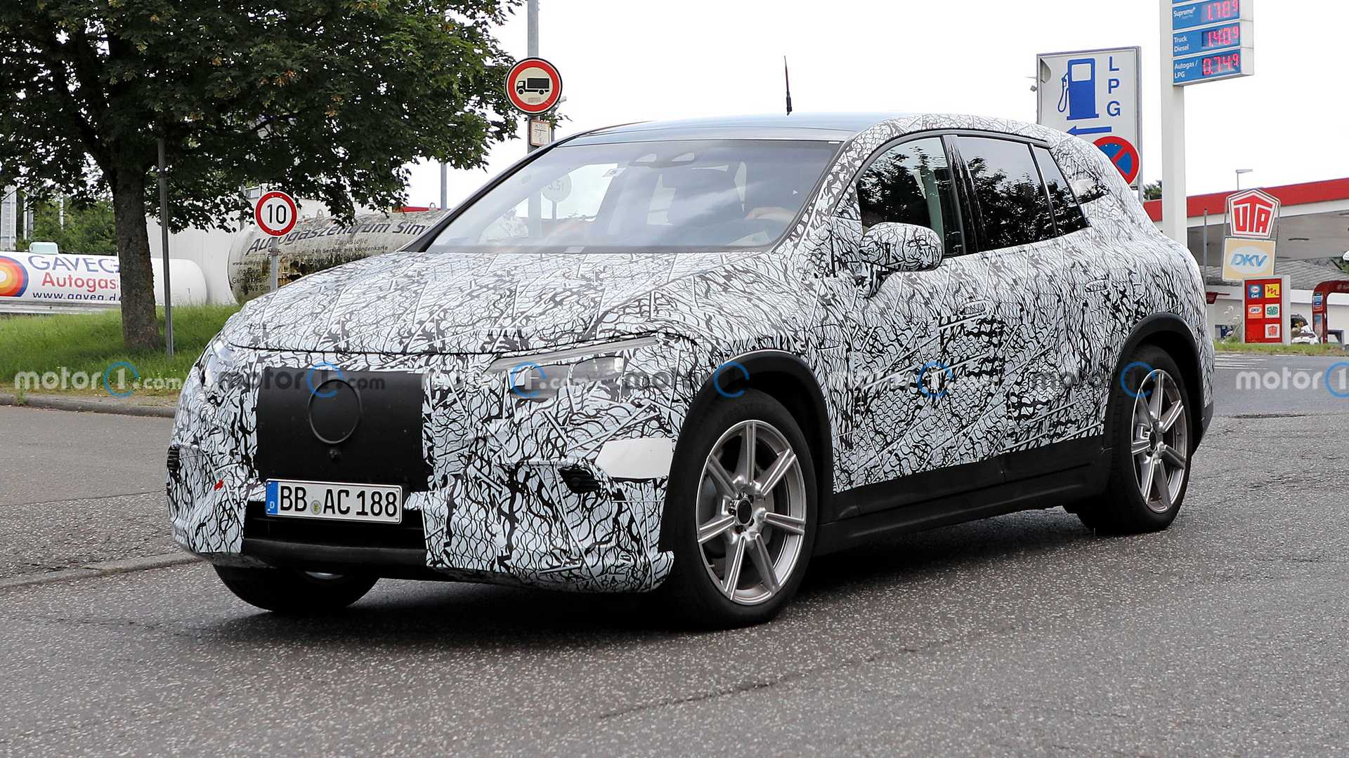 https://cdn.motor1.com/images/mgl/xNpMy/s6/mercedes-eqs-suv-spied-with-production-lights.jpg