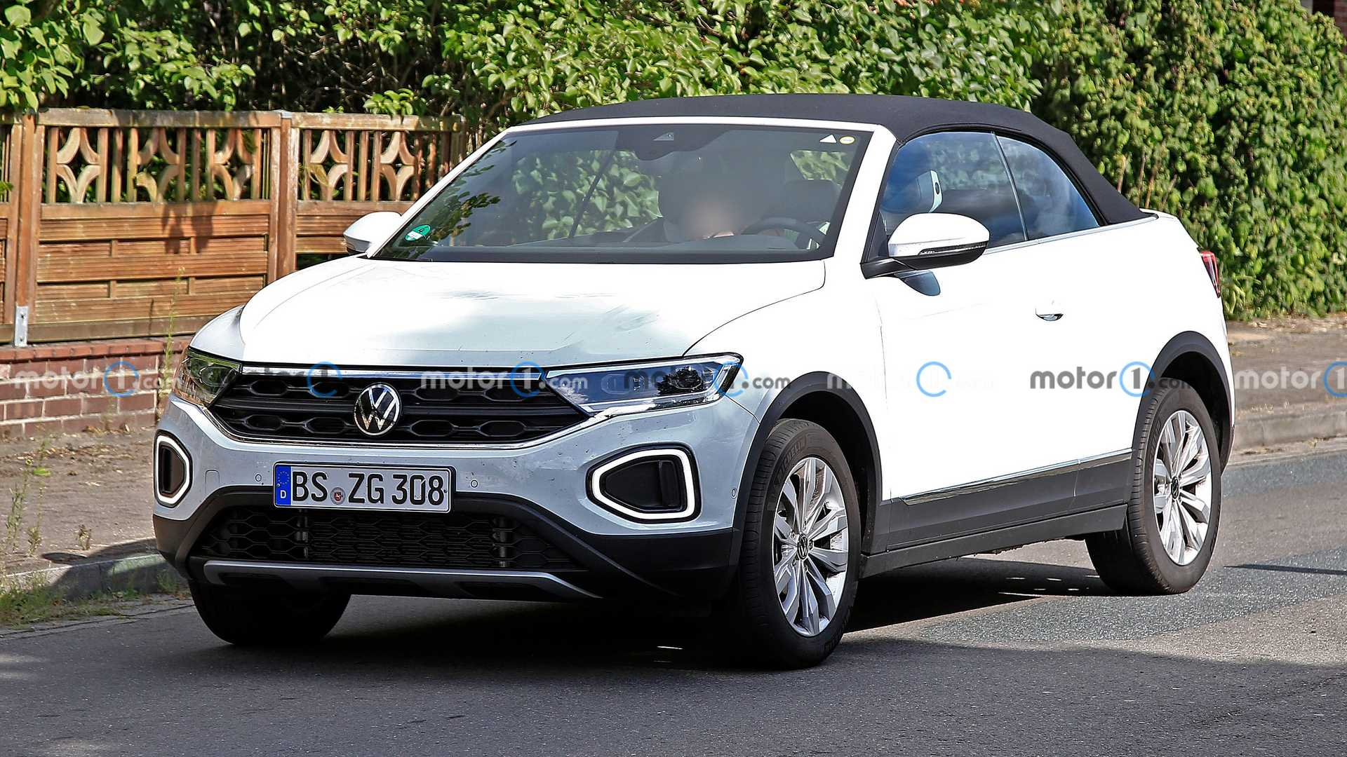https://cdn.motor1.com/images/mgl/4yKjo/s6/vw-t-roc-cabriolet-facelift-first-spy-photo-front-three-quarters.jpg