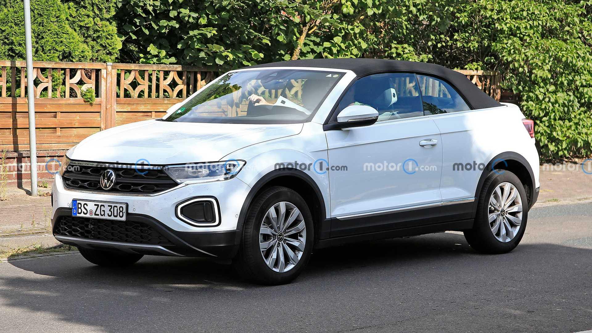 https://cdn.motor1.com/images/mgl/MNO0w/s6/vw-t-roc-cabriolet-facelift-first-spy-photo-front-three-quarters.jpg