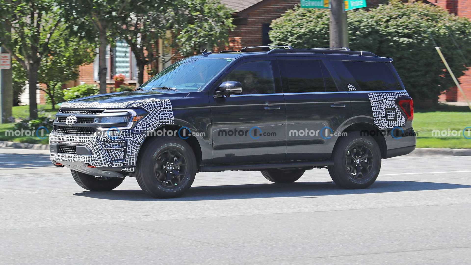 https://cdn.motor1.com/images/mgl/kpm3M/s6/2022-ford-expedition-timberline-new-spy-photo.jpg